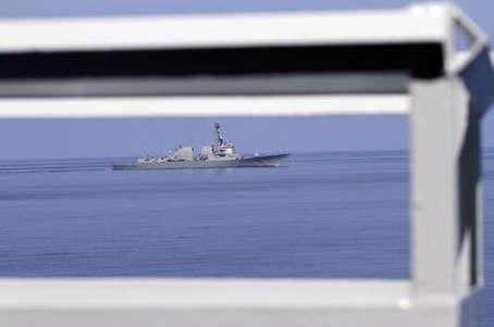 052C舰南海严阵以待 突然遭遇美航母编队